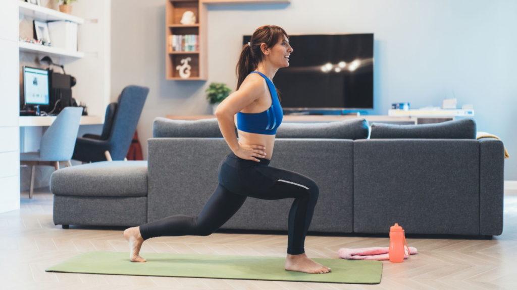Mulher a fazer exercício físico em casa