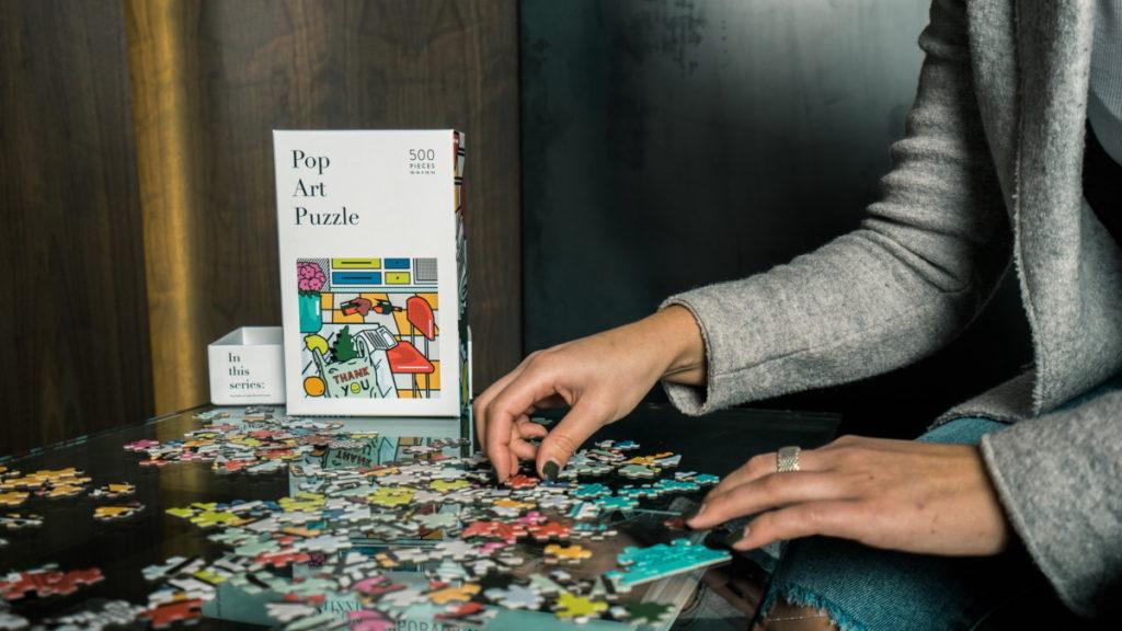 Pessoa a resolver puzzle